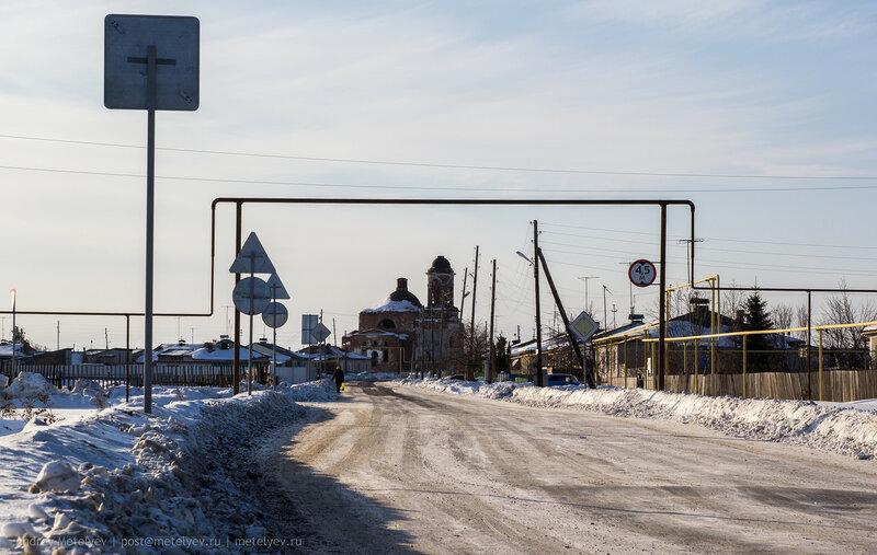газопровод и старый разрушенный храм в селе Травянское