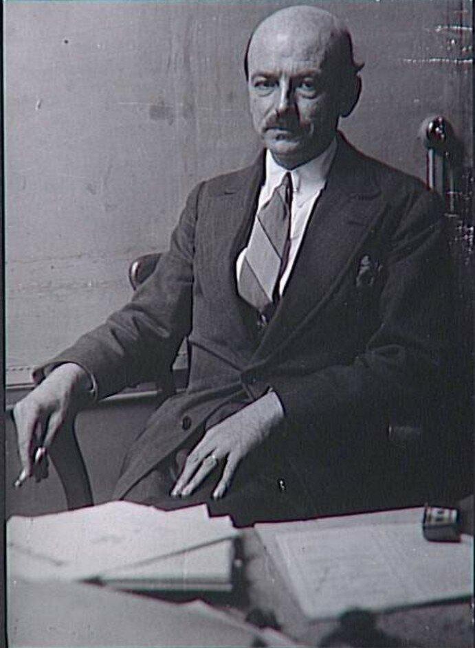 1929. Жорж Рибмон-Дессень (писатель) в своем кабинете