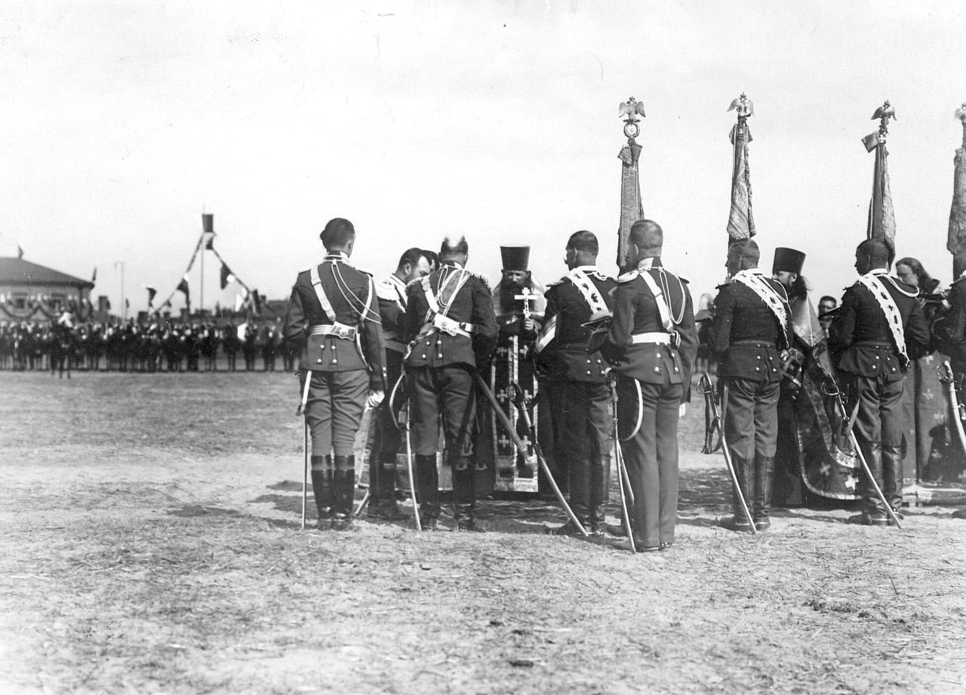 Император Николай II на богослужении в день празднования 250-летнего юбилея полка
