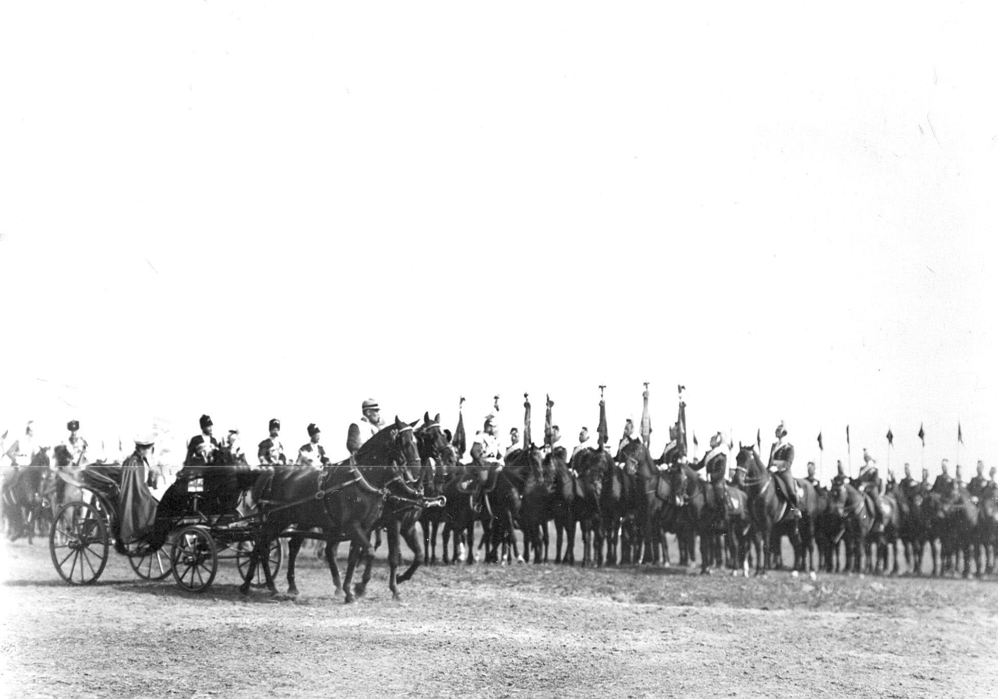 Император Николай II с семьей и свитой объезжает полк во время парада улан в день празднования 250-летнего юбилея полка