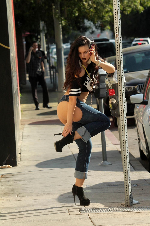 Наташа Бласик в оригинальных джинсах
