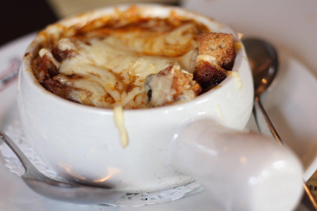 Французский луковый суп отлично подойдет для ужина в холодный зимний день.