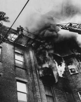 Фотография, получившая название «Огонь на улице Марлборо». Девятнадцатилетняя Диана Брайан