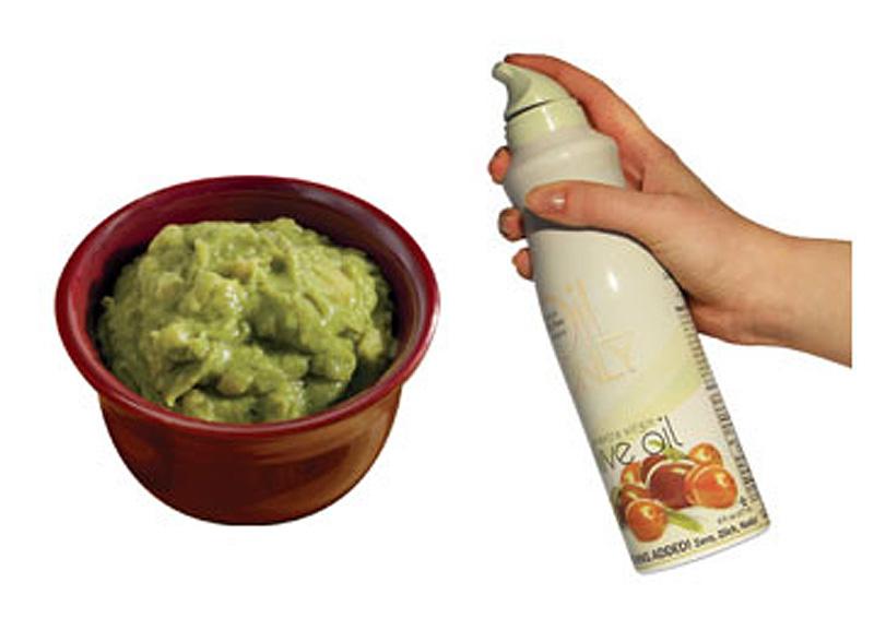 8. Побрызгайте остатки гуакамоле кулинарным спреем (или полейте тонким слоем масла), прежде чем став