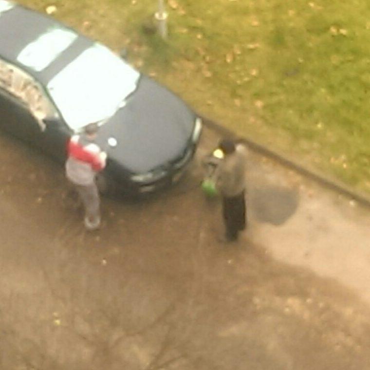 Владелец Mazda решил сэкономить и покрасил свой автомобиль прямо во дворе многоэтажного дома