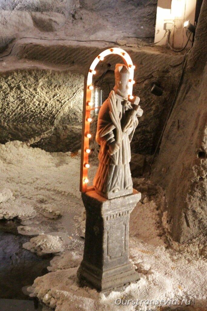 Святой Ян Непомука на берегу соляного озера в пещере Величка