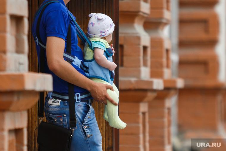 Половина жителей России отказалась от рождения детей из-за бедности