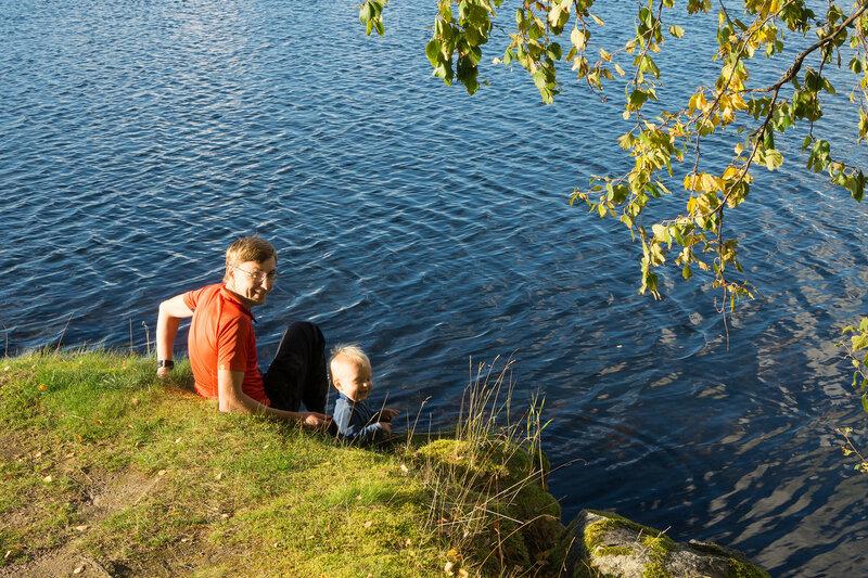 папа и сын на берегу озера