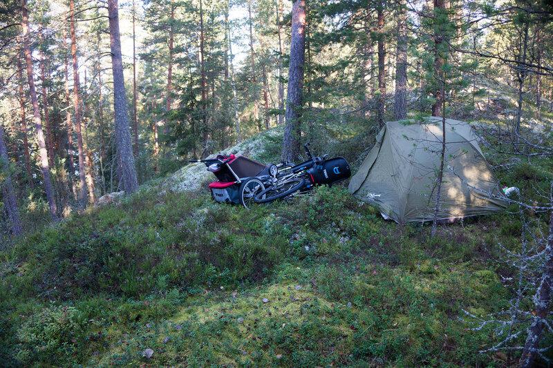ночевка в велопоходе в палатке на мху в финляндии