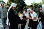 Митрополит благословляет учащихся воскресной школы