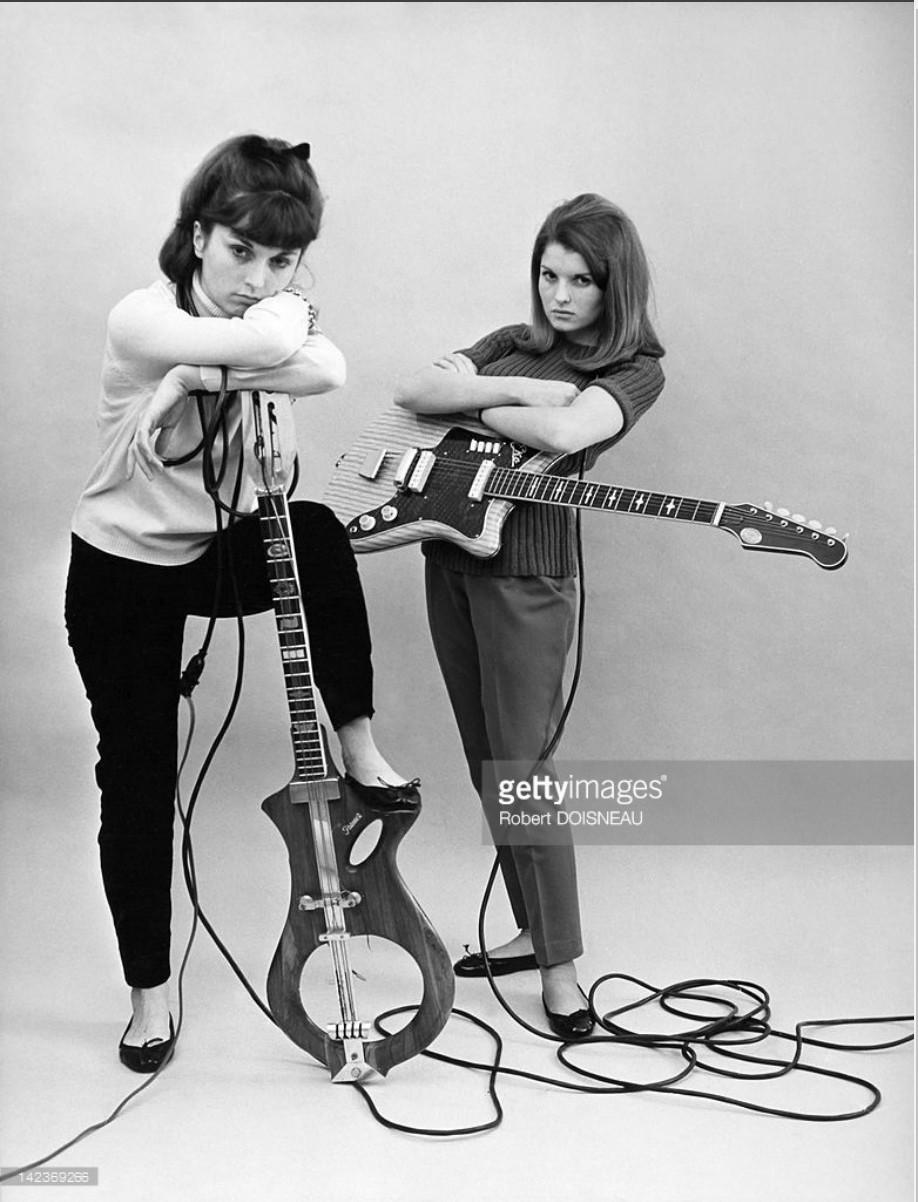 1960. Аннетт и Франсин, дочери Робера Дуано, с гитарами для рекламы