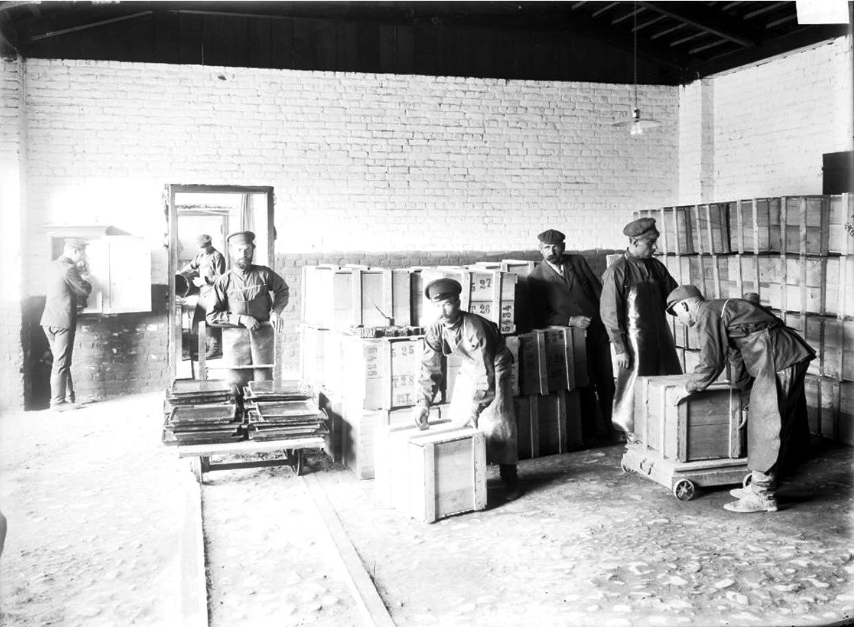Внутренний вид казенного винного склада. Упаковка готовой продукции