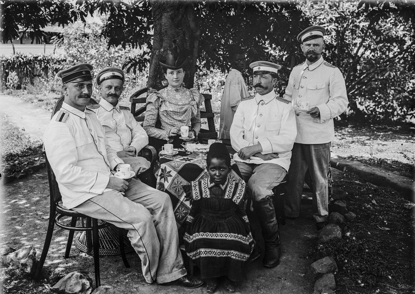 76. Групповой портрет капитана Курта Йоханнеса (сидящего справа), его жены Эмили, других людей и двух детей