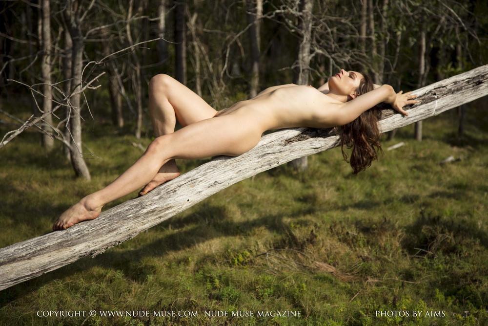 Обнаженная Sasskia в лесу