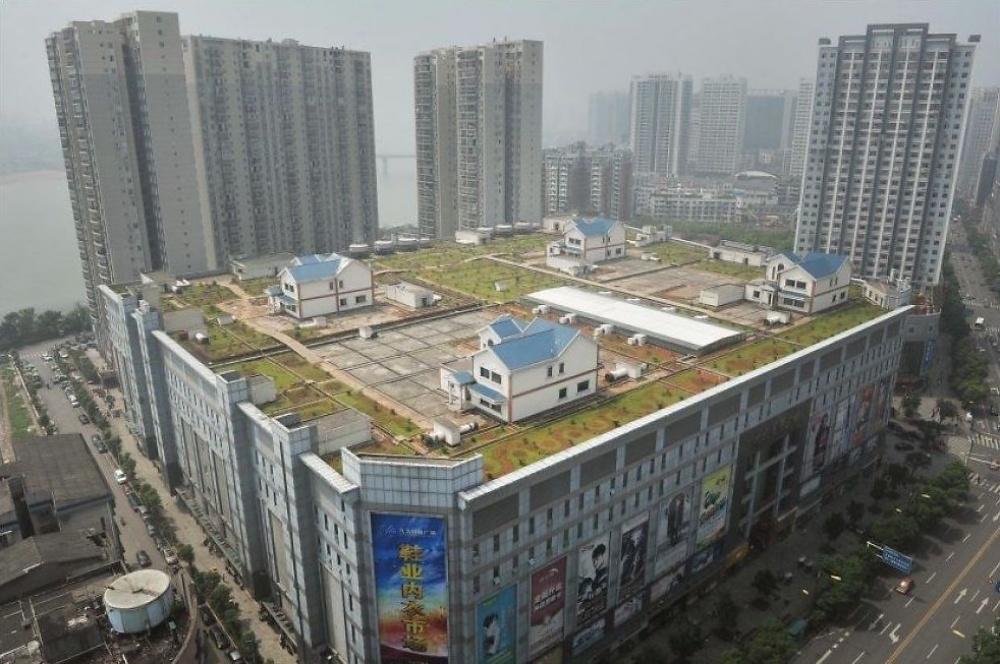 © vg     Частные дома накрыше восьмиэтажного торгового центра, Чжучжоу, Китай.