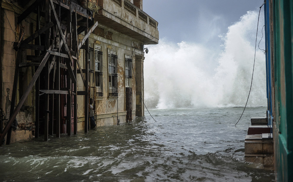14. Побережье Гаваны по время урагана, 9 сентября 2017. (Фото Ramon Espinosa):