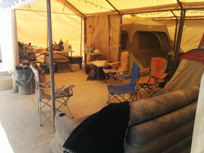 Вот пример типичного нашего лагеря. Все это влезло в пикап с прицепом. Самыми объемными вещами были