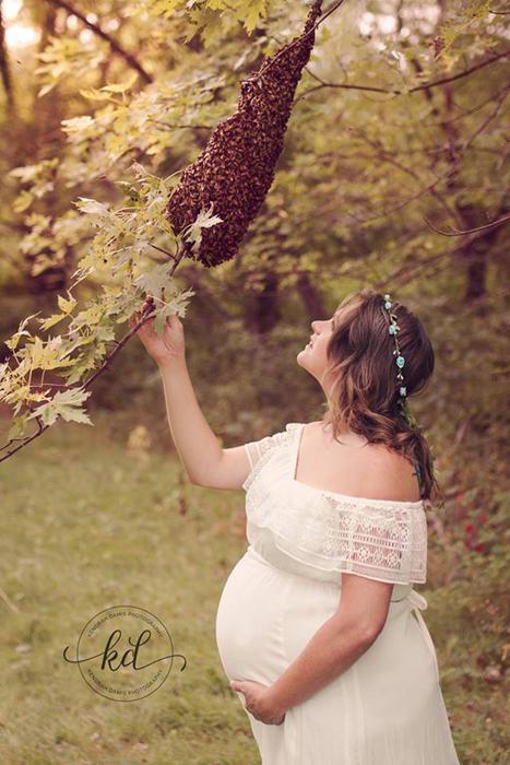 Чтобы пчелы не были агрессивными, их накормили досыта сладкой водой.   Вместе сосвоим мужем Ра