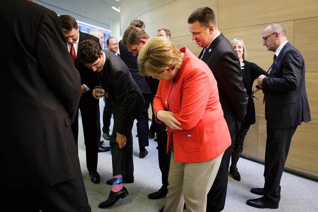 На встречу глав государств и правительств стран НАТО в Брюсселе Трюдо явился в розовых носках с лого