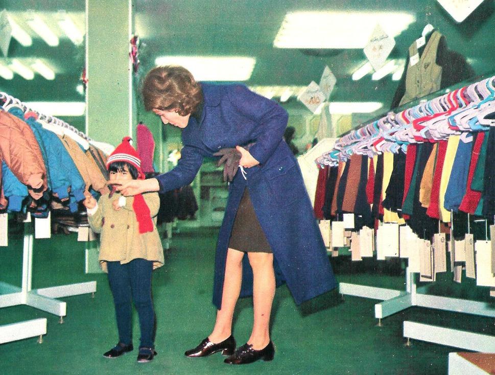 19. Мать с сыном в детском отделе универмага в Тегеране в 1971 году. В универмаге Kourosh, кроме шик