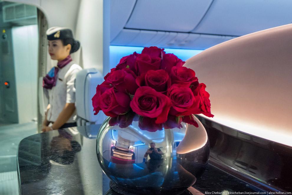 6. Особенно если вы летите в бизнес-классе, где нет средней секции багажных полок и салон просто неп