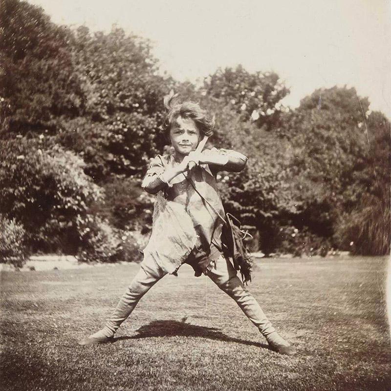 Питер Пэн из сказки шотландца Джеймса Барри. Он же Майкл Дэвис, сын друзей писателя — Сильвии и Арту