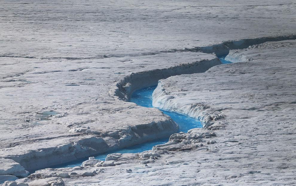А здесь талая вода создала целый каньон. Остров Гренландия, 16 июля 2013. (Фото Joe Raedle | Getty I