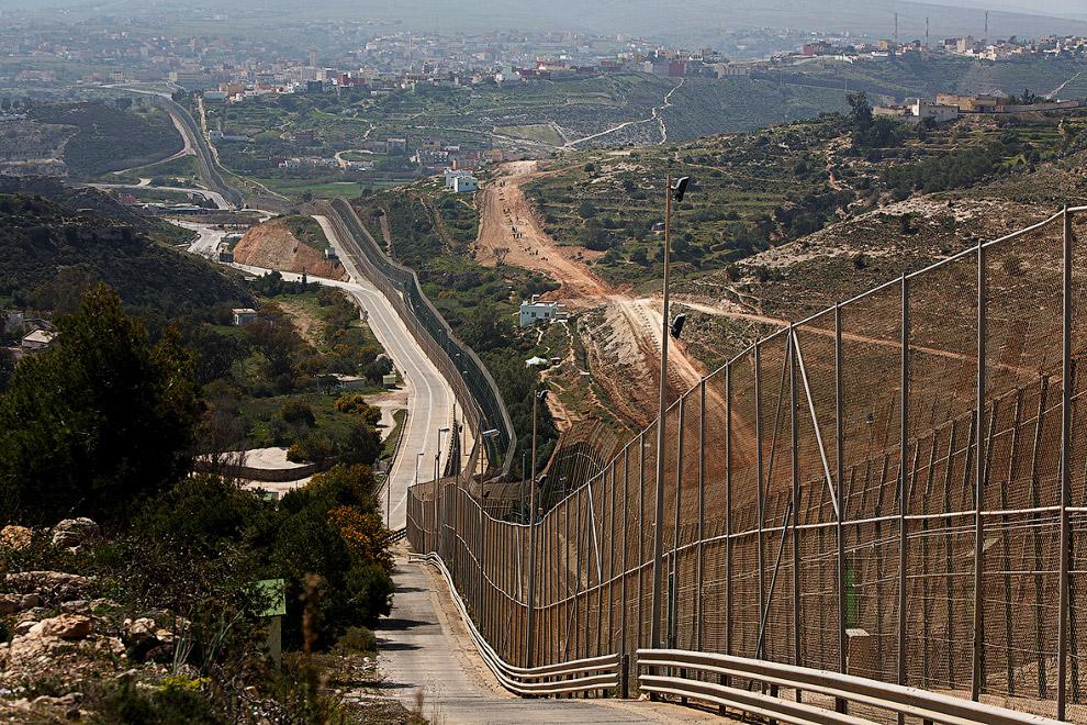 16. Граница между Марокко и испанским городом Мелилья заканчивается в море.
