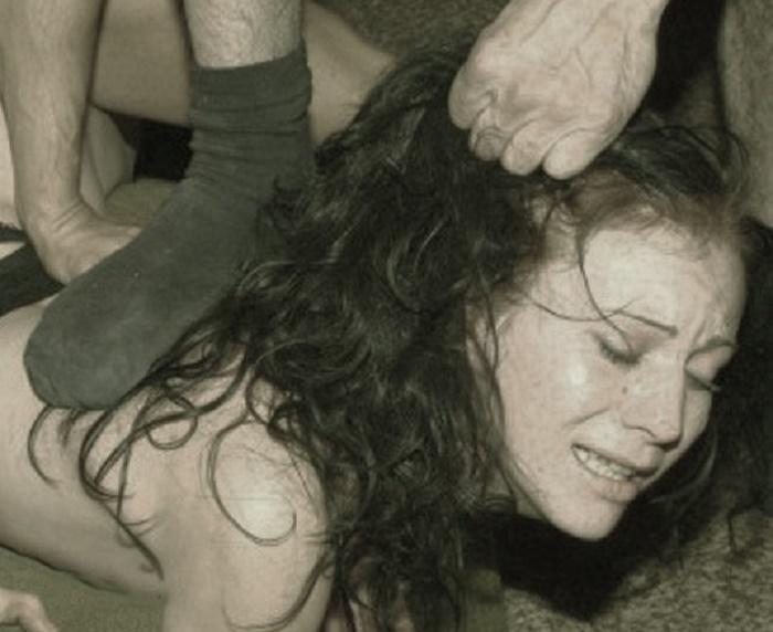Жестокое насилие над учительницей (1 фото)