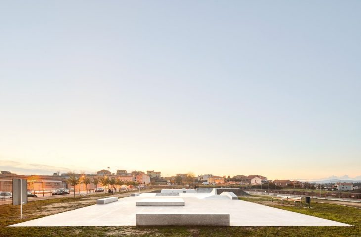 A new skate facility for the city of Navarcles is conceived as a plaza. Despite a low budget to begi