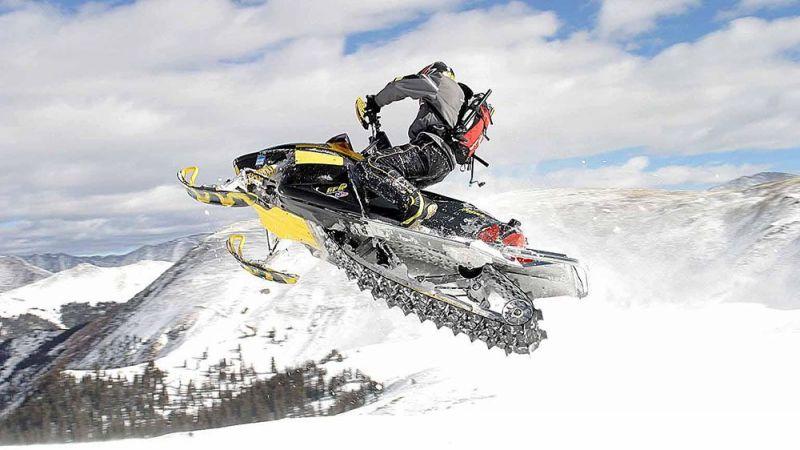 Управление снегоходом при движении вдоль по склону