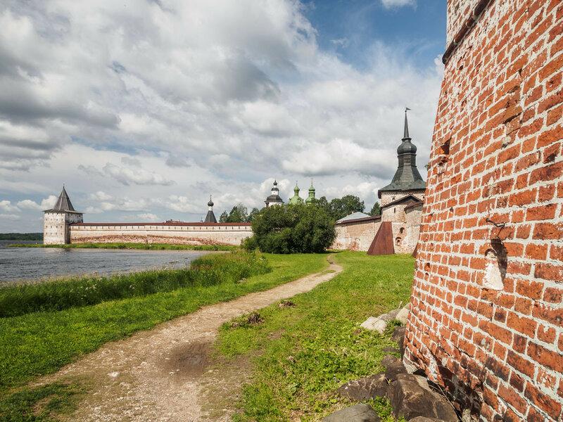 За монастырскими стенами ляпота.