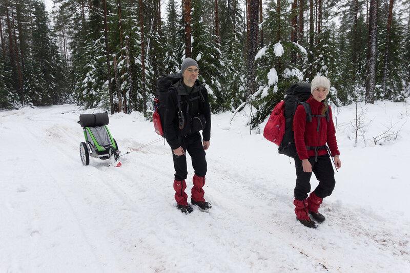 прицеп Thule с лыжей по снегу