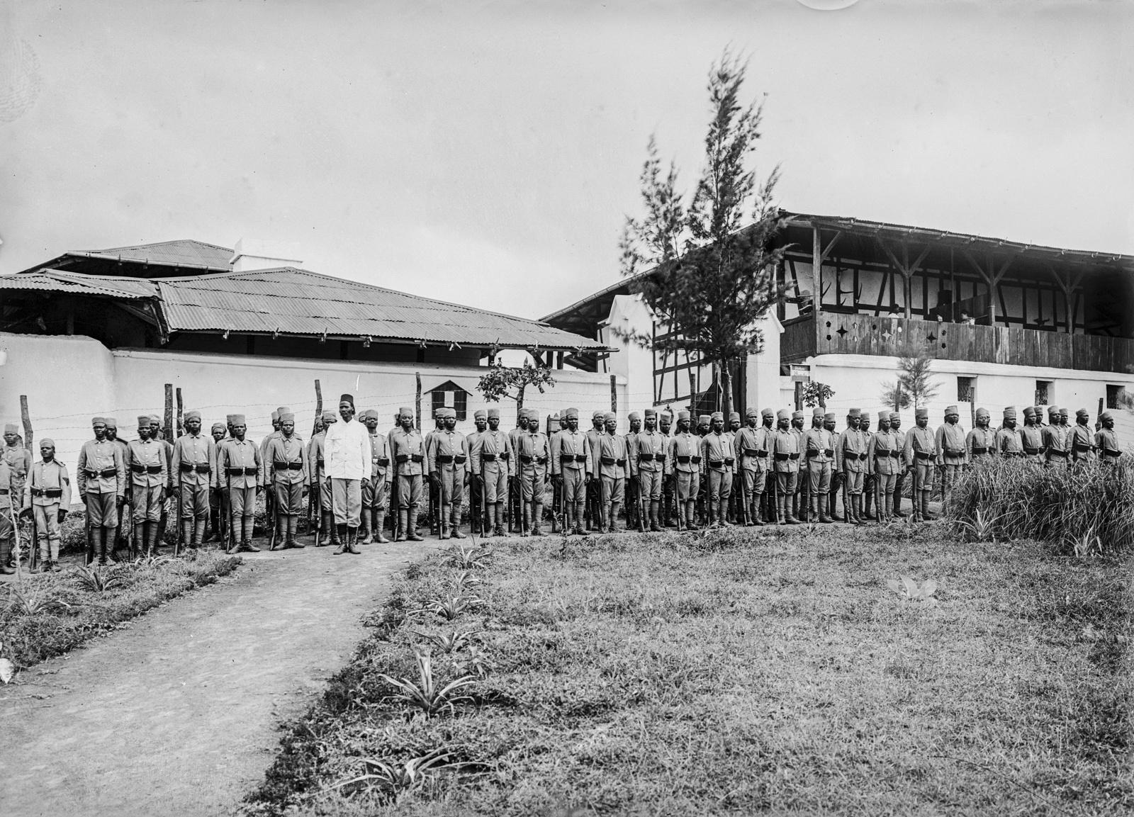 106. Станция немецкого общества Восточной Африки (ДОАГ) в Моши. Солдаты немецких колониальных войск на построении