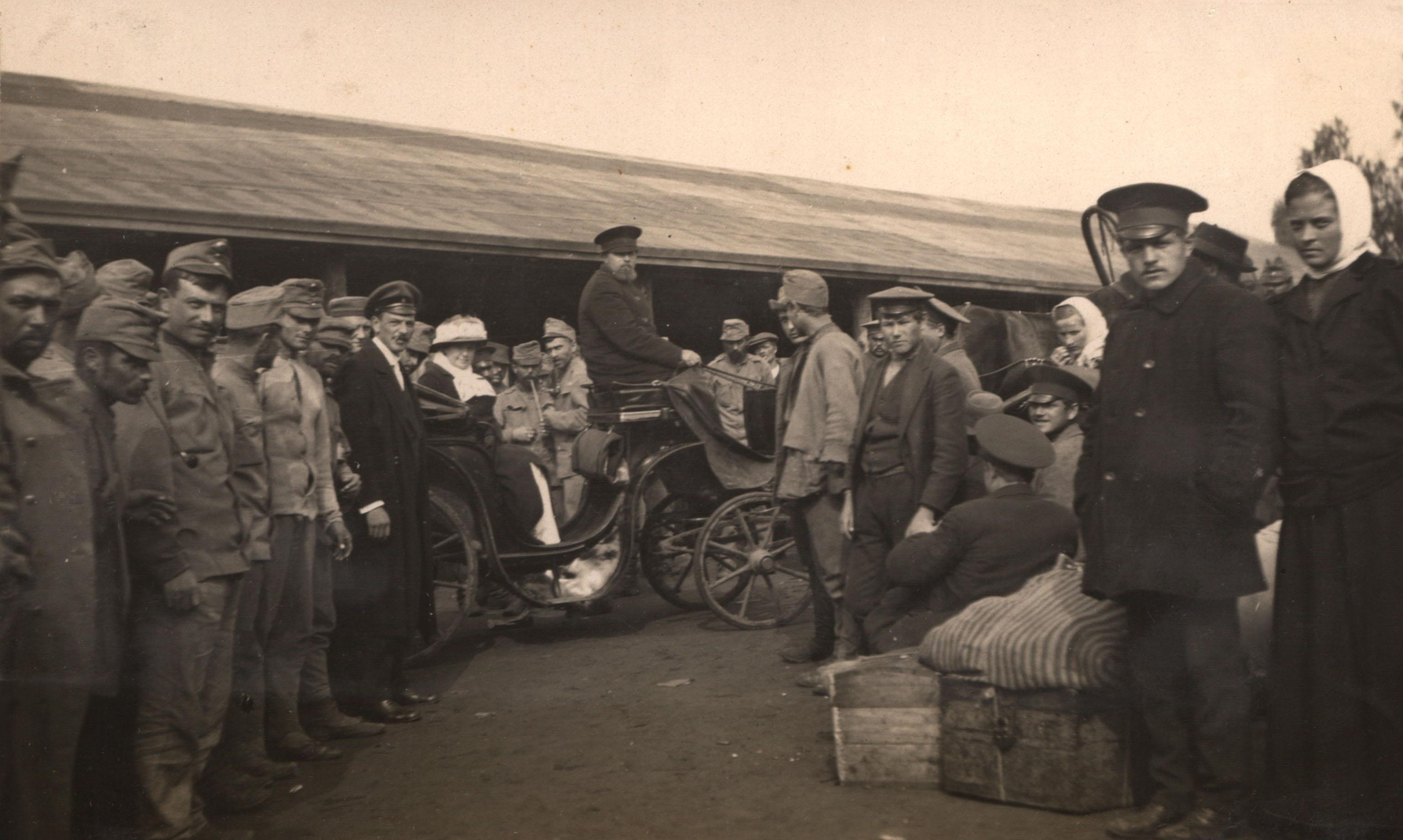 Встреча беженцев на железнодорожном вокзале. 1915
