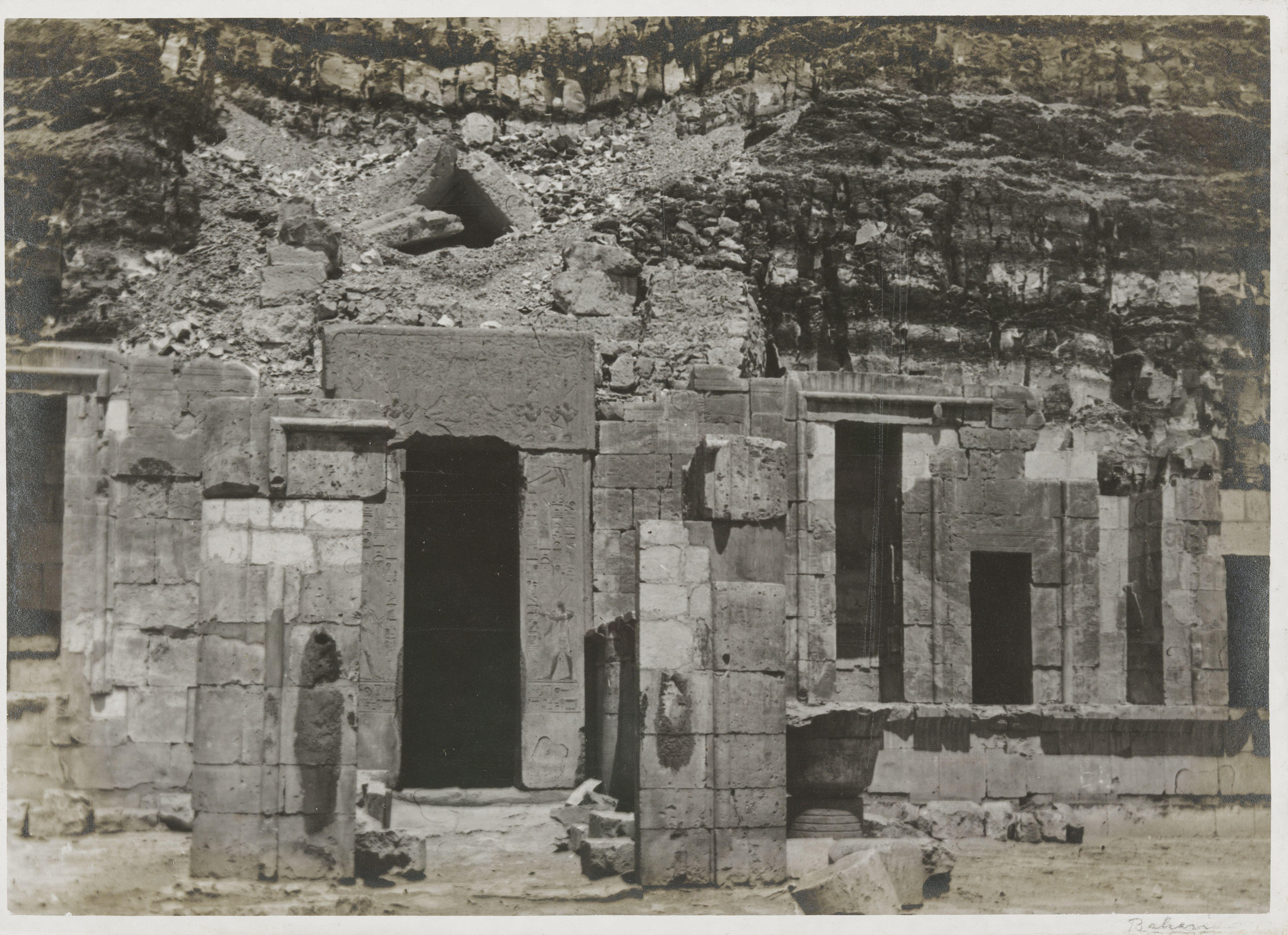 Дейр-эль-Бахри. Верхняя терраса с входом в святую святых заупокойного храма  Хатшепсут