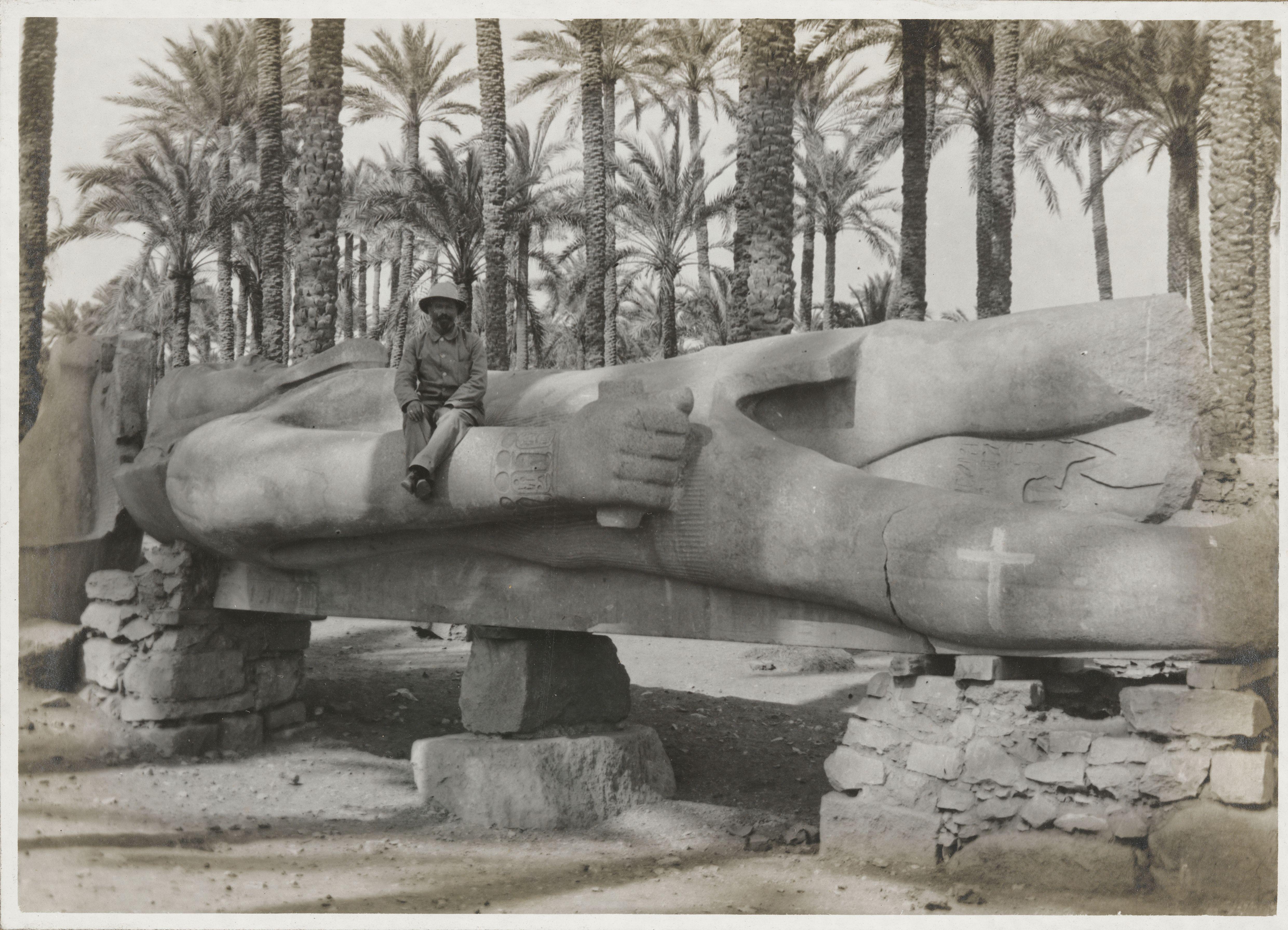 Колоссальная статуя Рамсеса II по дороге в Мемфис. Она сделана из гранита и когда-то стояла перед храмом в Мемфисе