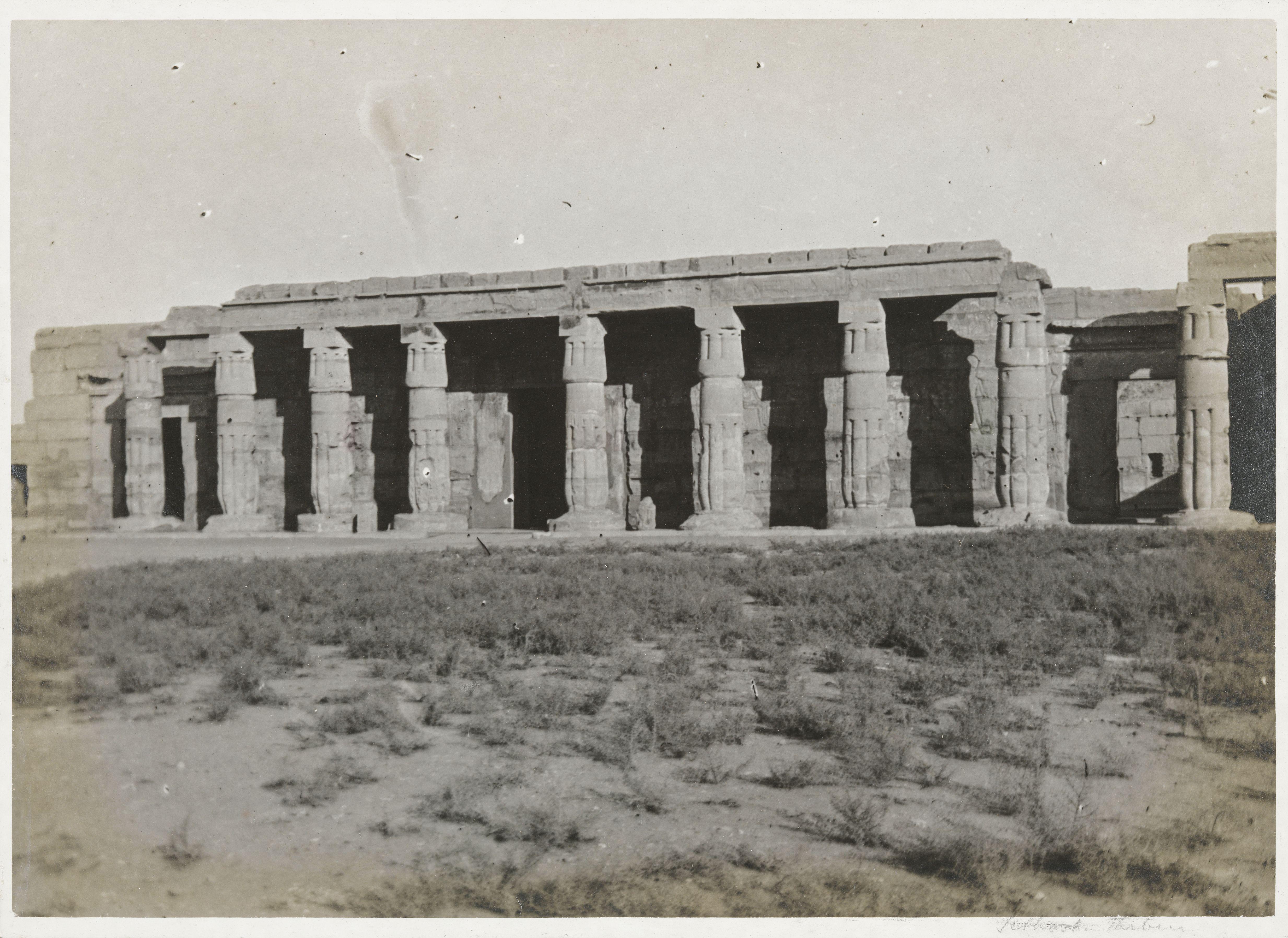 Храм Сети I в Курне. Вид на колонны со стороны двора