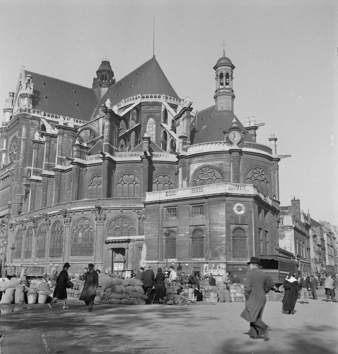 15. Мешки с овощами занимают пространство вплоть до церкви Сент-Эсташ