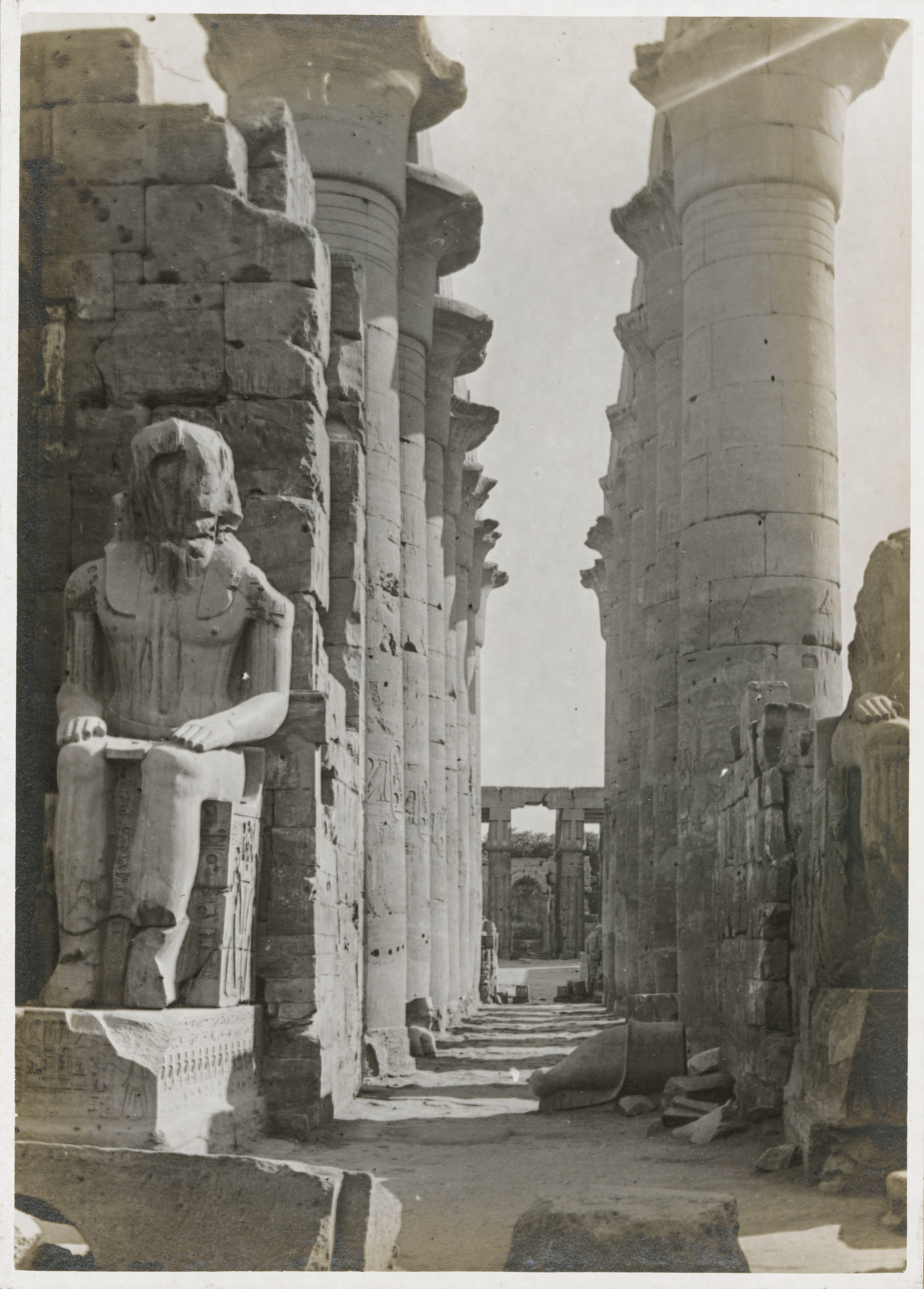 Луксор. Вид из первого двора через большую колоннаду