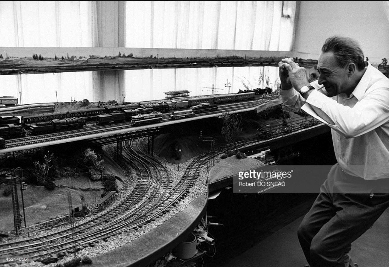 1971. Французский художник - конструктор железнодорожных локомотивов и легковых автомобилей Поль Арзенс в своей мастерской на улице Вожирар, 89. 03 июля