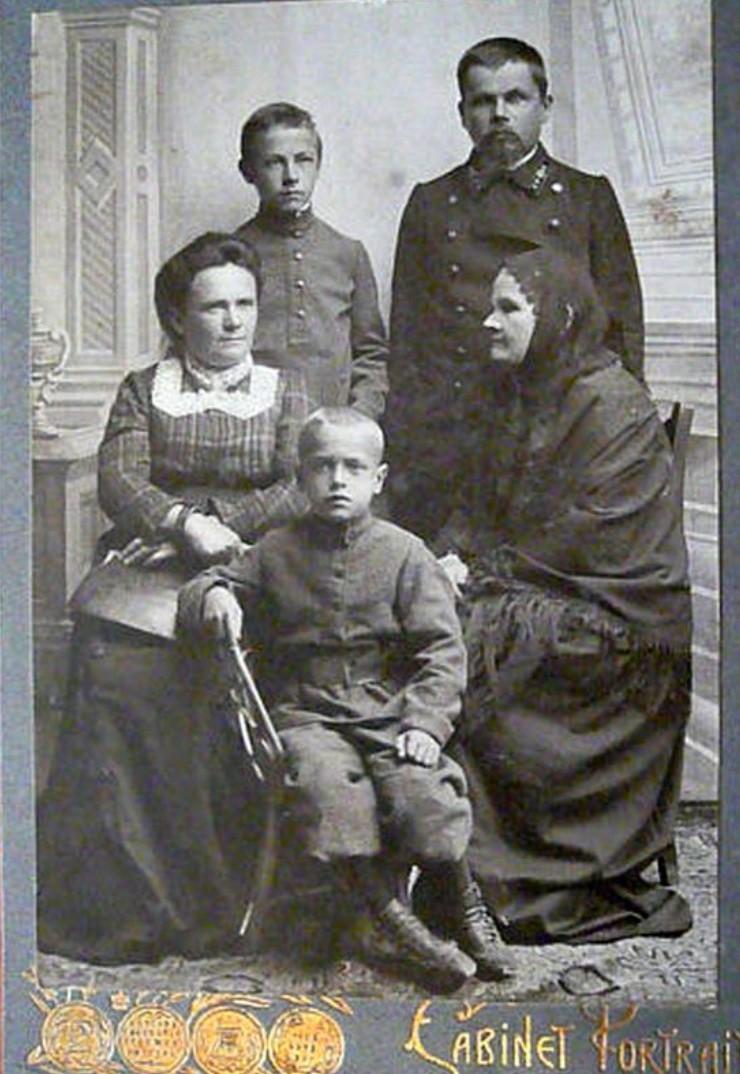 1911. Василий Степанович Лапин с семьей