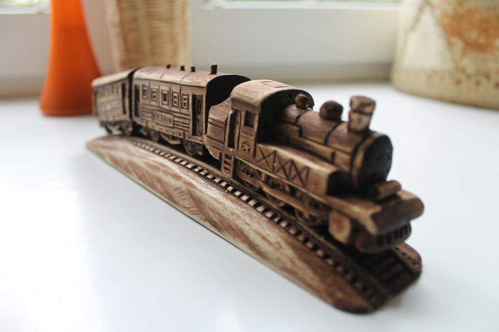 Деревянный паровозик.