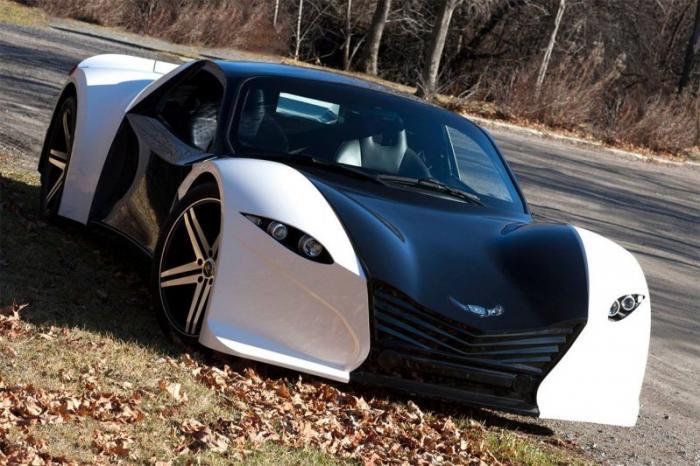 Машина оснащается двумя электромоторами — по одному на каждой оси — совокупной мощностью 800 л.с., к