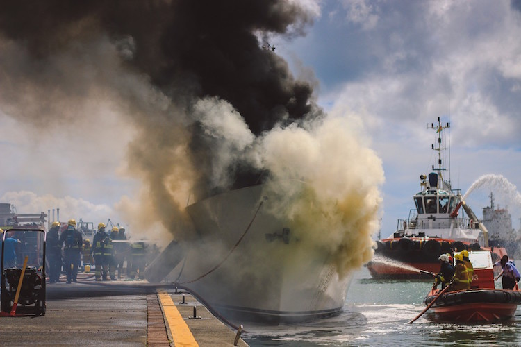 Фото: Daren Mauree «Пожар на корабле в гавани Маврикия. Огонь вспыхнул во время сварочных работ. Муж