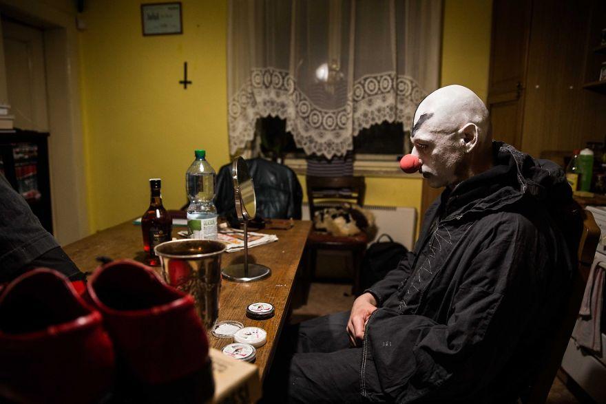 Сатанист готовится к ритуалу «Темный арлекин», Прага.