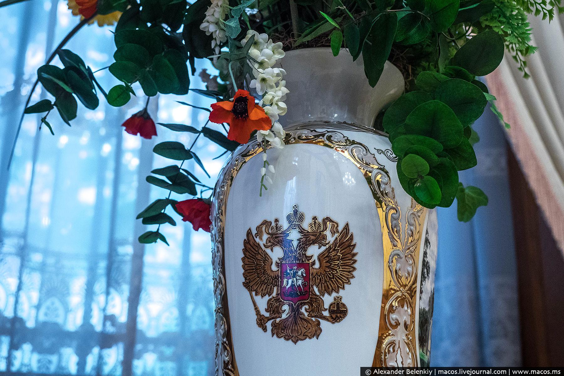 А вот все предметы декора и детали интерьера привезены из России.