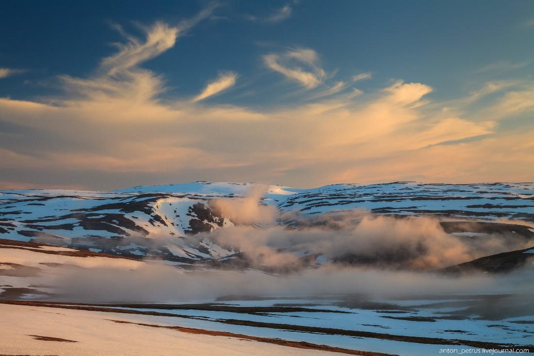 13. Когда мы проезжали мимо уже такой родной снежной тундры, мы заметили, как туман осел в ложбинах