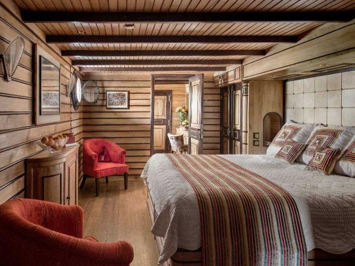 5. Всего на яхте обустроено семь кают для отдыха 12 гостей. Все номера оснащены потрясающими окнами,