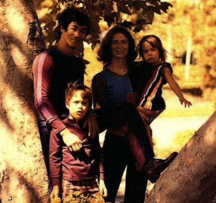 Брюс Ли, чье детское имя было Ли Сяолун («маленький дракон»), с женой Линдой, сыном Брэндоном и доче